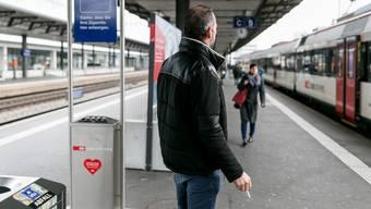 Ab Juni 2019 darf auch an Bahnhöfen im Aargau – im Bild der Bahnhof Aarau – nur noch an speziell gekennzeichneten Zonen geraucht werden.