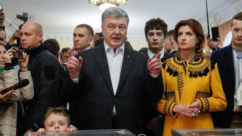 Der ukrainische Staatschef Petro Poroschenko wirbt bei der Stimmabgabe für die Präsidentenwahl ein letztes Mal für sich.