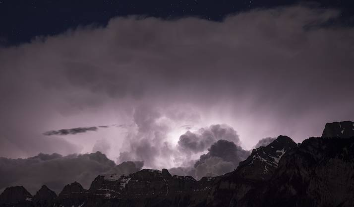 Wolkenformation über den Churfirsten am Montagabend: Ungewöhnliche viele Blitze gingen nieder.