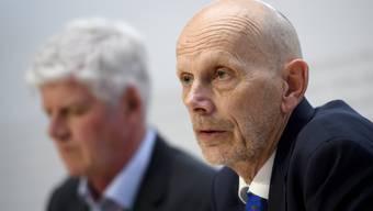 Daniel Koch, Leiter Abteilung übertragbare Krankheiten im BAG, und Hans-Peter Lenz, Chef Krisenzentrum im EDA, vor den Medien. (Archivbild)