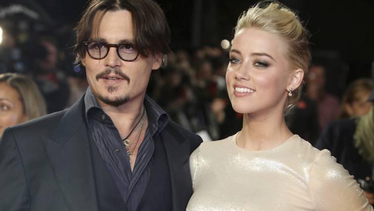 ARCHIV - US-Schauspieler Johnny Depp und Amber Heard kommen zur Europapremiere des Films «The Rum Diary». Foto: Joel Ryan/AP/dpa