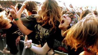 «Headbangers» drehen am Metallica-Konzert im Zürcher Letzigrund im Jahr 2004 durch.