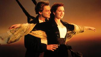 """Leonardo DiCaprio als Jack und Kate Winslet als Rose im Film """"Titanic"""". 20 Jahre, nachdem er veröffentlicht wurde, verklagt jetzt ein Mann den Regisseur James Cameron: Die Geschichte basiere auf derjenigen von zwei Verwandten von ihm. (Archivbild)"""