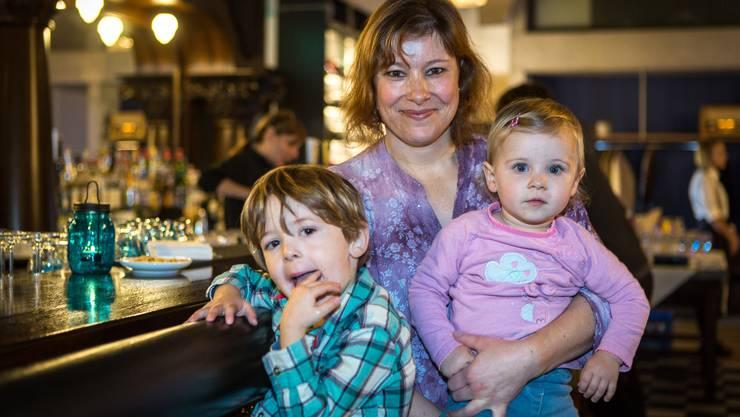 Beatrice Jäggi mit Dario (3) und Chiara (1): «Vor zwei Jahren sind wir ins Westquartier gezogen. Mich freut es, dass die Stadt lebt und wächst. Wir gehen gerne auf den grossen Spielplatz im neuen ‹Im Lenz›-Quartier.»