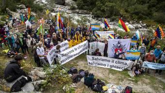 Für ein Verbot von Erdgas, Heizöl und Benzin: Unterstützer der Gletscherinitiative bei einer Aktion in den Walliser Bergen.
