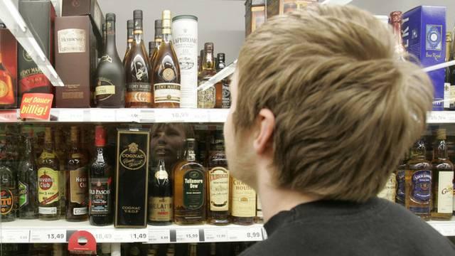 Jugendlicher beim Alkoholkauf - ohne Ausweis geht vielerorts nichts