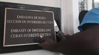 Die Schweiz vermittelt nicht länger zwischen Kuba und den USA. Das Schild bei der Botschaft in Washington kommt weg.