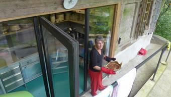 Annette Schiess backt ihre Nusskuchen nun in der neuen Museumsküche der Grabenöle.