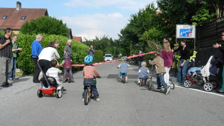 Die Kinder dürfen die Begegnungszone offiziell in Betrieb nehmen.
