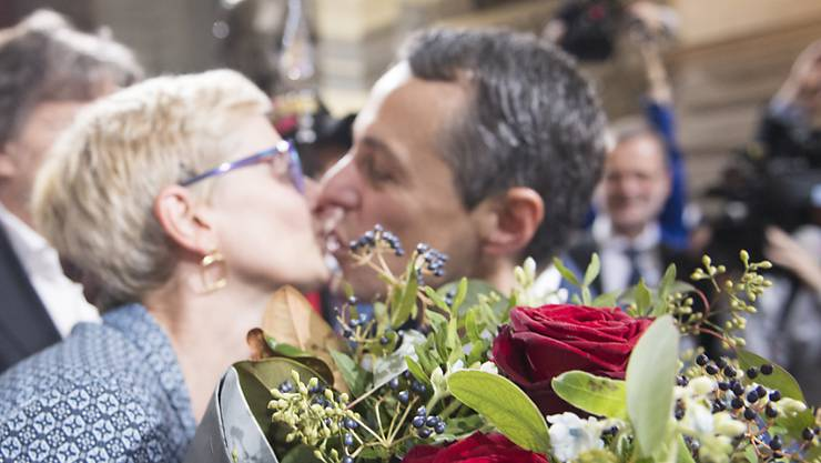 Paola Cassis gratuliert ihrem Mann, dem neuen Bundesrat Ignazio Cassis (rechts).