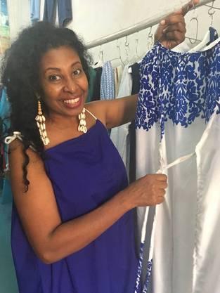 Amina Pira, Modeschöpferin der Boutique Tuntifady, zeigt ihre Kreationen. Bild: Andrea Tapper