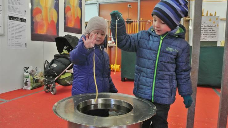 Kerzenziehen braucht viel, viel Geduld. Das lernen schon die Kleinsten, wenn sie im Holzhaus auf dem unteren Bahnhofplatz Kerzen ziehen. Carla Stampfli