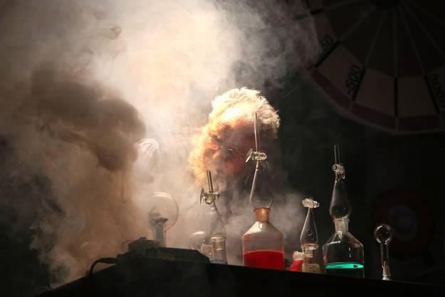 Der Physiker (Thomas Wyss) erfindet eine Zeitmaschine.