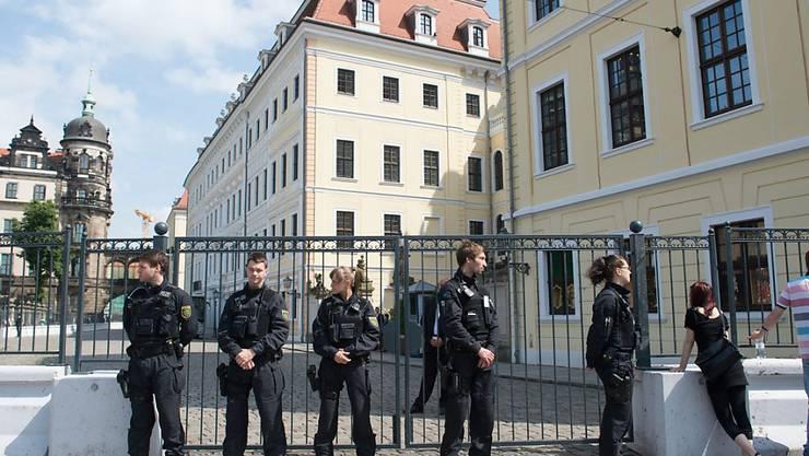 Sicherheitsleute vor dem abgesperrten Hotel Taschenbergpalais