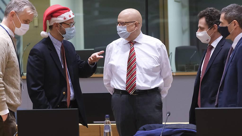 EU-Botschafter unterhalten sich während einer Sondersitzung im EU-Hauptquatier. Foto: Olivier Hoslet/Pool EPA/AP/dpa