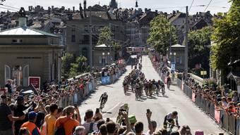 Volksfest in Bern: Zuschauer feuern beim Bärengraben die Tour-Stars an.