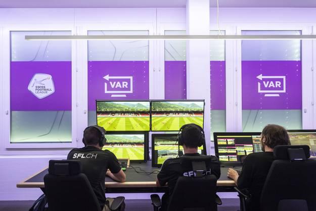 So sehen die Arbeitsstationen aus: In der Mitte der Video Assistant Referee (VAR), links sein Assistent (AVAR), rechts ein Techniker.