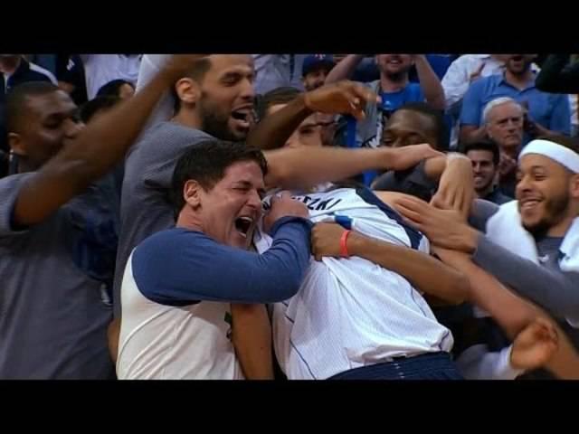 Die Mavericks feiern Dirk Nowitzki's 30 000 Punkte-Meilenstein. | 7. März. 2017 | 2016-17 NBA Season