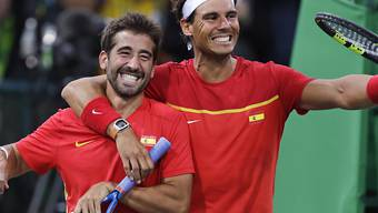 Marc Lopel (links) und Rafael Nadal bejubeln den Finaleinzug im Doppel und die sichere Silbermedaille