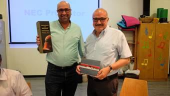 Vizegemeindepräsident Andreas Meier (links) ehrt Gemeindepräsident Kurt Henzmann mit Cognac und einem Gutschein.