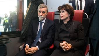 Jungfernfahrt: Verkehrsministerin Doris Leuthard und ihr italienischer Amtskollege Graziano Delrio testen die neue Bahnverbindung zwischen der Schweiz und Italien.
