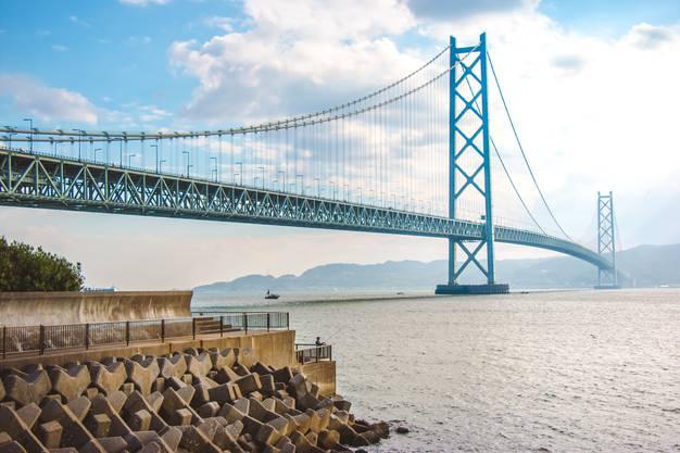 Die längste Spannweite zwischen zwei Pfeilern findet sich bei der Akashi-Kaikyō-Brücke in Japan: 1991 Meter, also fast zwei Kilometer beträgt die Distanz zwischen den beiden mittleren Pfeilern der Hängebrücke, was den Autofahrern, die sie nutzen, ein hohes Mass an Vertrauen in die Ingenieurskunst abverlangt. Sie verbindet die Hauptinsel Honshu mit der Insel Shikoku im Süden.