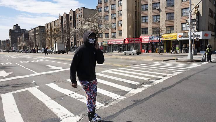 Leere in New York: Ein Rollerblade-Fahrer mit Gesichtsmaske am wegen des Coronavirus abgesperrten Grand Concourse in der Bronx.