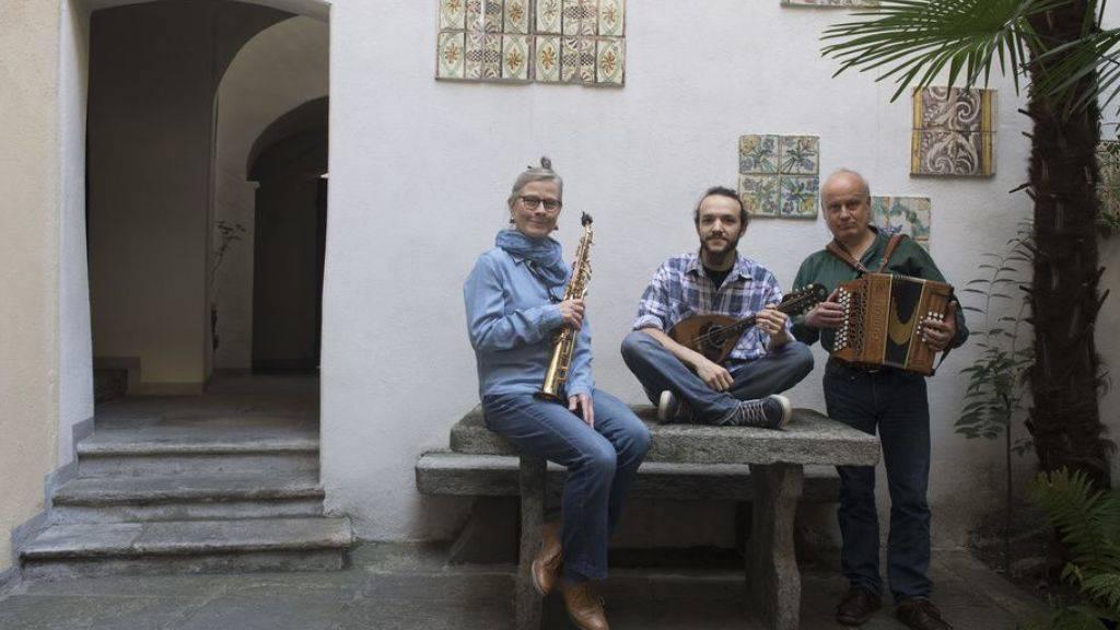 Die Gruppe Vent Negru mit Esther Rietschin, Mattia Mirenda und Mauro Garbani (von links) pflegt die authentische Tessiner Musik.