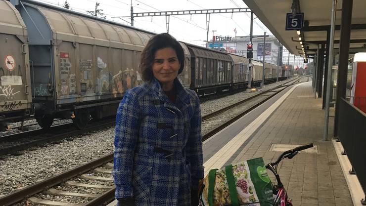 Berivan Mese (39), Lehrerin/Schulleiterin, auf dem Bahnhof Suhr.