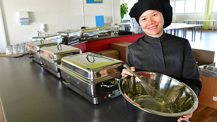 Inhaberin Pakamart Schmutz präsentiert zwei Tage vor der Eröffnung das Buffet und die neuen Küchengerätschaften.