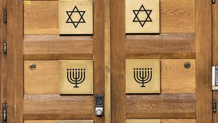 Der Eingang einer Synagoge in Zürich. Der Bund beteiligt sich künftig an den Sicherheitskosten für Minderheiten, die besonders gefährdet sind, Ziel von Anschlägen zu werden. (Themenbild)