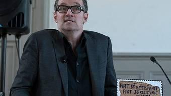 Thomas Hirschhorn präsentiert die Sonderbriefmarke zur Kunstbiennale Venedig