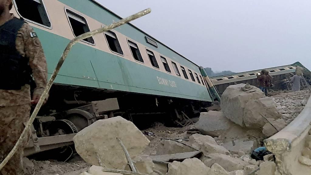 Ein Toter und viele Verletzte nach Zugunglück in Pakistan