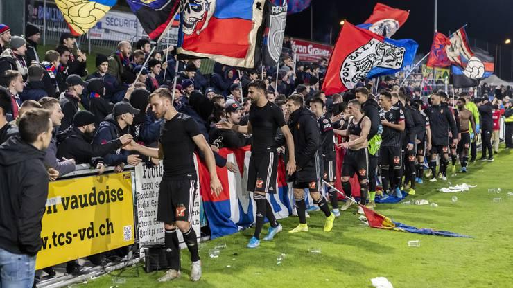 Ende gut, alles gut: Die FCB-Spieler klatschen sich mit ihren Fans ab.