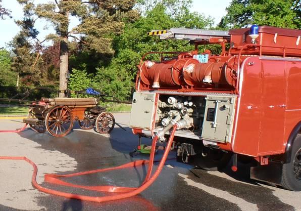 Das alte Tanklöschfahrzeug von Aarau und die Spritze stehen zum Einsatz bereit.