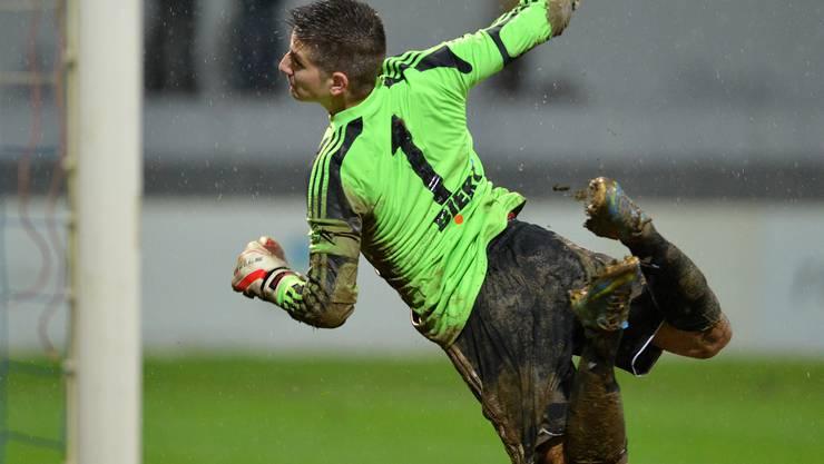 Grenchens Goalie Diego Schaad schaut einem weiteren Ball nach, der im Netz landet.
