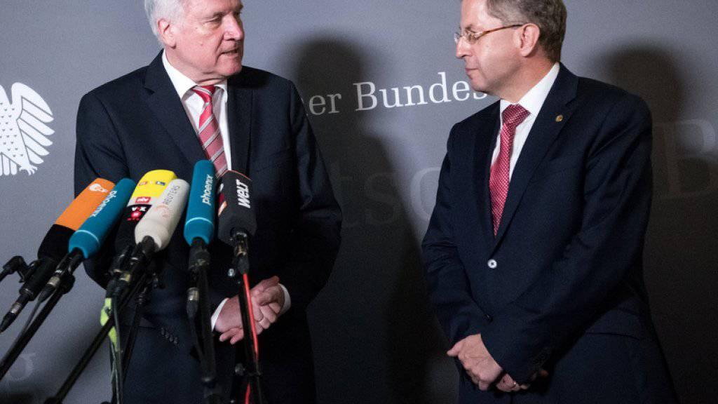 Horst Seehofer (l.) äussert sich nach der Sondersitzung des Innenausschusses im Deutschen Bundestag in Anwesenheit von Hans-Georg Maassen.