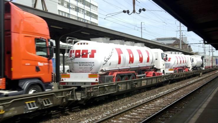 Lastwagen aufladen und im Begleitwagen mitreisen: Die Rollende Autobahn im Bahnhof Pratteln BL. (Archivbild)