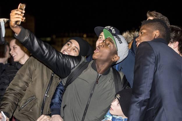 Embolo nimmt sich Zeit für ein Selfie mit einem Fan