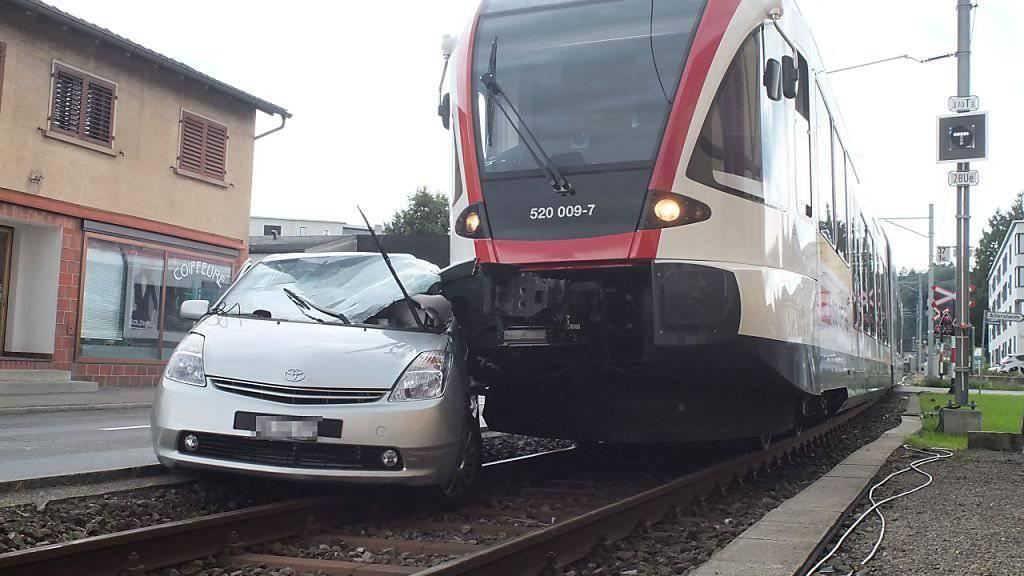 Ein Zug der Seetalbahn hat in Seon AG auf einem Bahnübergang ein Auto erfasst. Der Autofahrer hatte trotz Blinklicht beim Abbiegen einen Bahnübergang befahren.