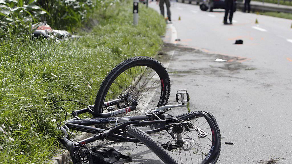 Der Verunfallte trug laut Angaben der Polizei keinen Helm. (Symbolbild)