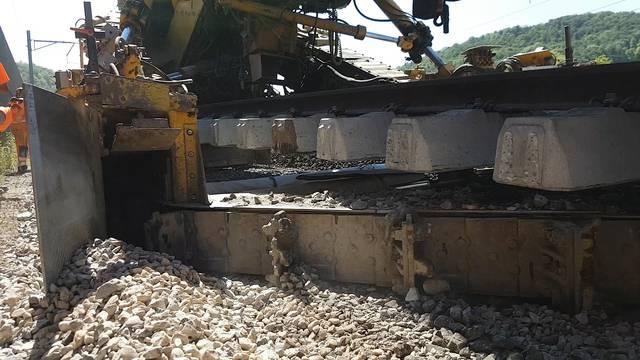 Der gigantische Gleisbau-Zug bei der Arbeit in Gelterkinden