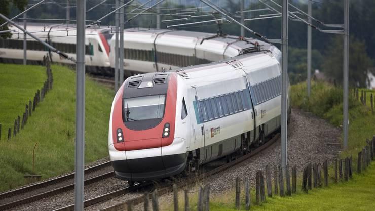 Der Zug auf der Neubaustrecke Bern-Olten fuhr über die Betonplatten. (Symbolbild)