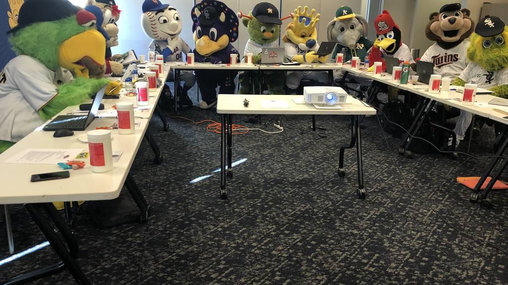 Die 13-köpfige Maskottchen-Crew an der Business-Konferenz in Kansas City.