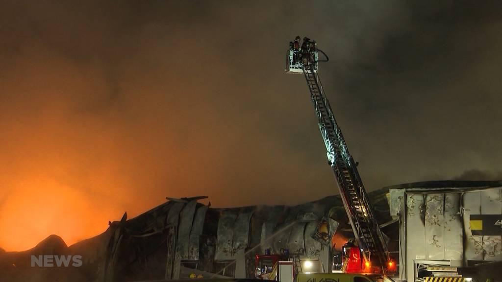 Kurz nach Feuerwehrmagazin-Einweihung ausgerückt: Produktionshalle in Utzenstorf nach Grossbrand komplett zerstört