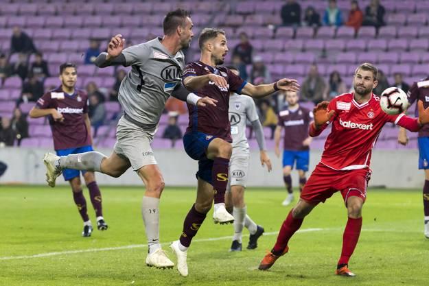 Während der ersten 30. Minuten ist Servette klar am Drücker, der FC Aarau verteidigt mehr, als dass in der Offensive etwas passieren würde.