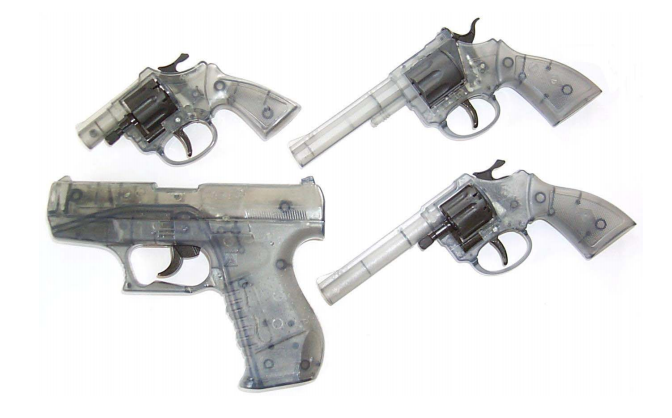 Diese Spielzeugwaffen unterliegen nicht dem Waffengesetz. (Bild: Bundesamt für Polizei fedpol)