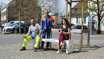 In Lenzburg bereits möglich: Auf öffentlichen Solarzellen sitzen und dabei das Smartphone laden.