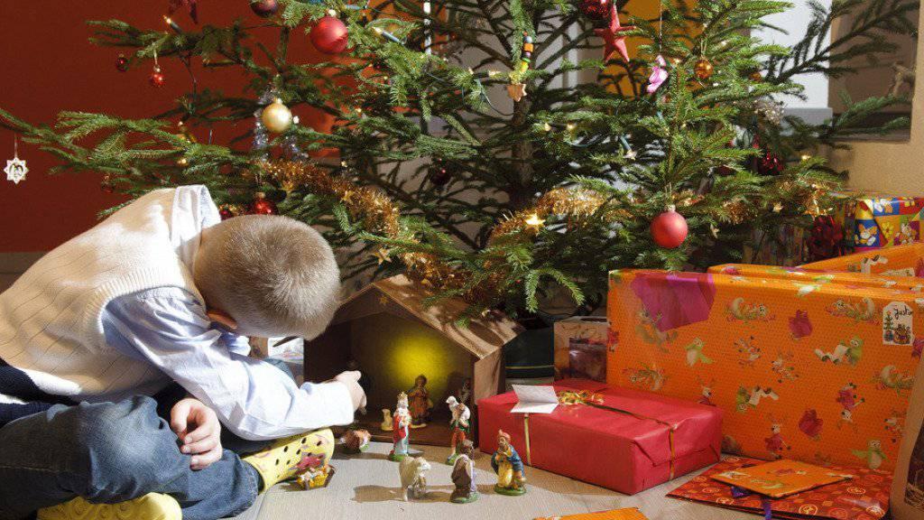Ein Christbaum - ob gemietet oder gekauft - gehört bei vielen Schweizer Familien zu Weihnachten. (Symbolbild)