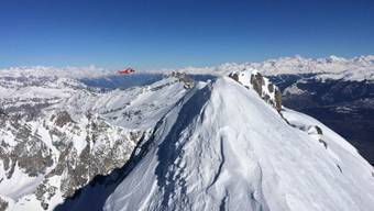 Der Rega-Helikopter musste Bergretter auf dem Gipfel des Grand Muveran absetzen, um den erschöpften Bergsteiger zu retten.